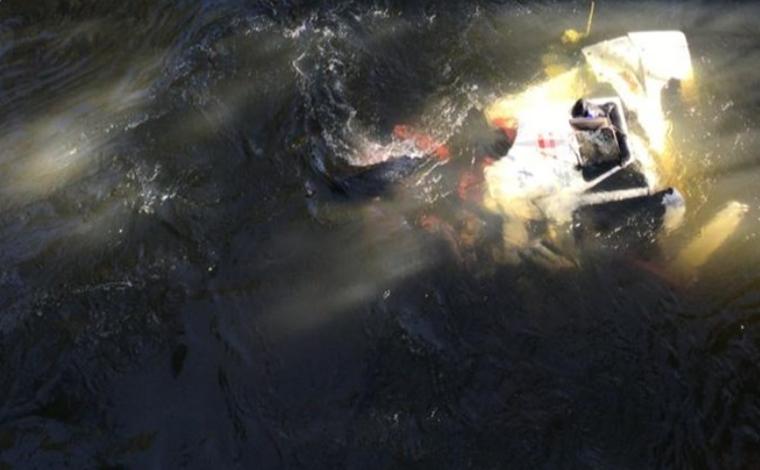 Caminhão com explosivos cai dentro de rio e motorista morre preso às ferragens no interior de Minas