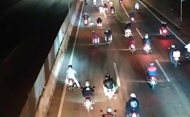 Cerca de 300 motociclistas participam de racha na BR-381 em Betim