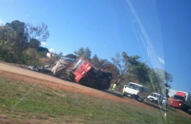 Carreta tomba e interdita o trânsito na BR 040 próximo ao Gauchão
