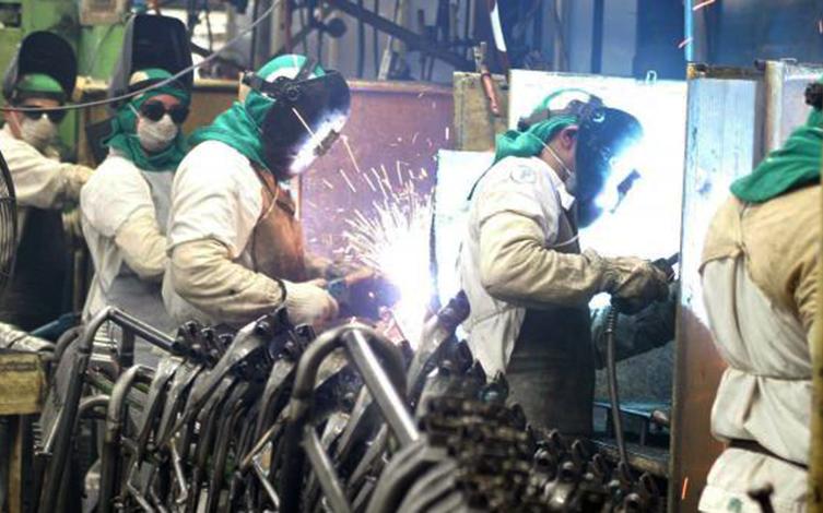 Após dois meses de queda, produção industrial volta a crescer no país