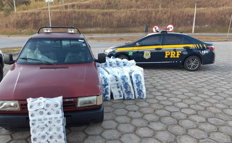 Foto: Divulgação/PRF - Os fardos de papel higiênico estavam na cabine e na carroceria da caminhonete. Ao ser perguntado sobre o produto, o motorista, de 40 anos, confessou ter furtado a carga de um veículo acidentado