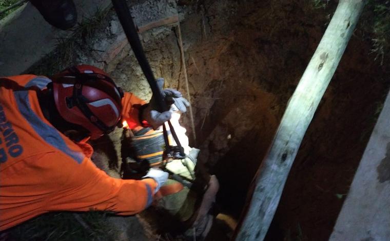 Homem cai em fossa de 20 metros de profundidade em Ribeirão das Neves