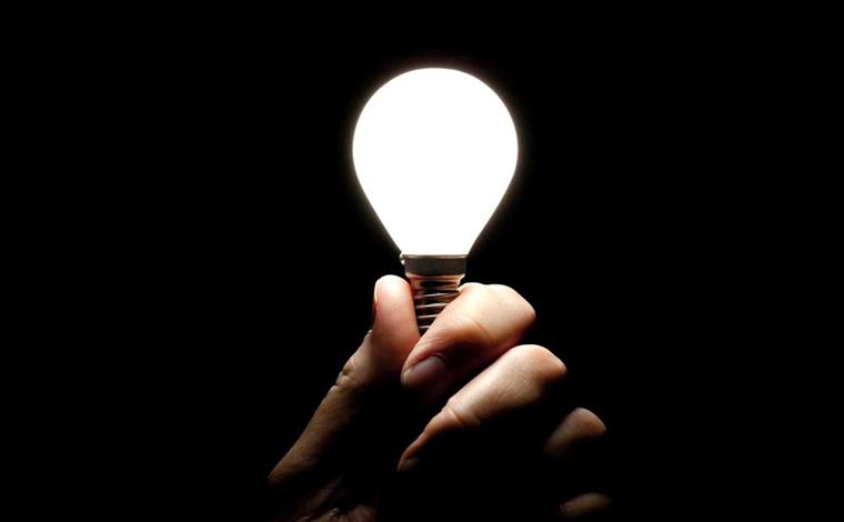 Bolsonaro assina MP com recursos para reduzir tarifa de energia até 2025