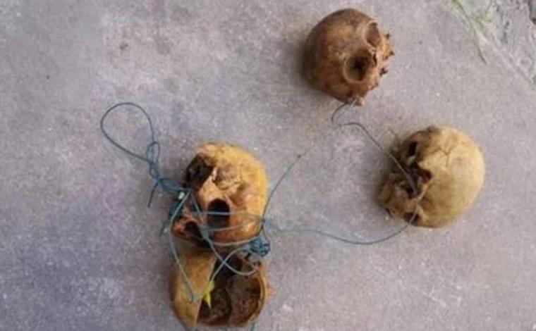 Homem é preso carregando crânios humanos amarrados em corda de varal por ruas de BH
