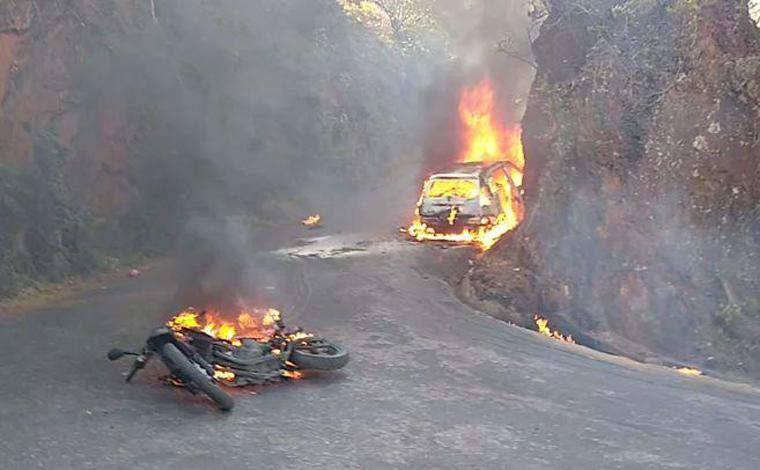 Veículos pegam fogo após acidente e três pessoas ficam feridas em Brumadinho; veja vídeo