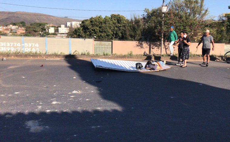 Carro desengrenado sai da garagem e atinge motocicletas na Avenida Norte-Sul em Sete Lagoas
