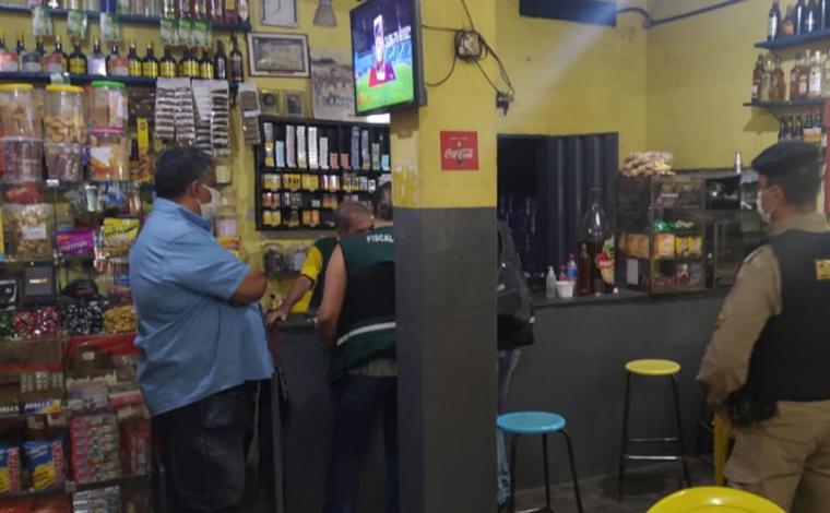 Foto: Divulgação/PMMG - Foram feitas várias notificações por parte dos fiscais pela falta de Alvará de funcionamento e venda de bebidas em recipientes de vidro, contrariando o decreto municipal, que segue o Minas Consciente, do Governo de Minas