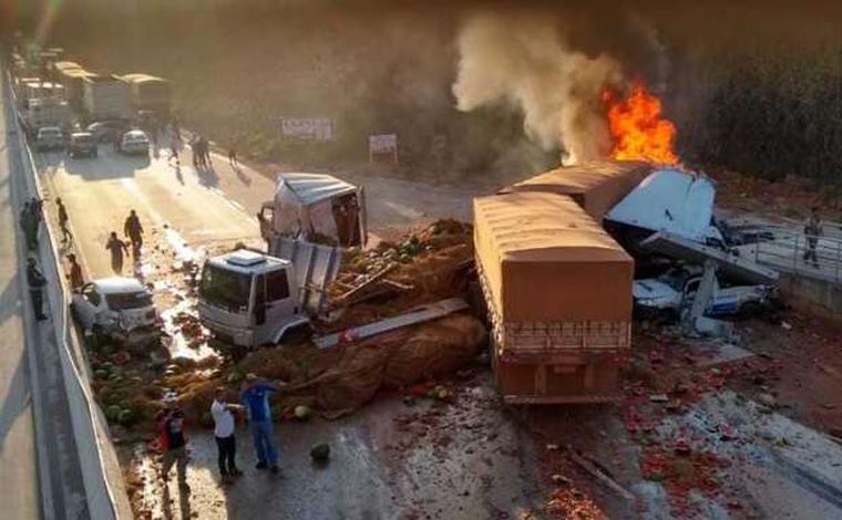 Uma pessoas morre e pelo menos nove ficam gravemente feridas em acidente na BR-381