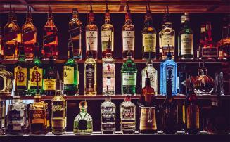 Homem é condenado por falsificar bebidas alcoólicas para revender em festas