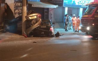 Carros colidem e danificam parede de comércio na Avenida Norte Sul