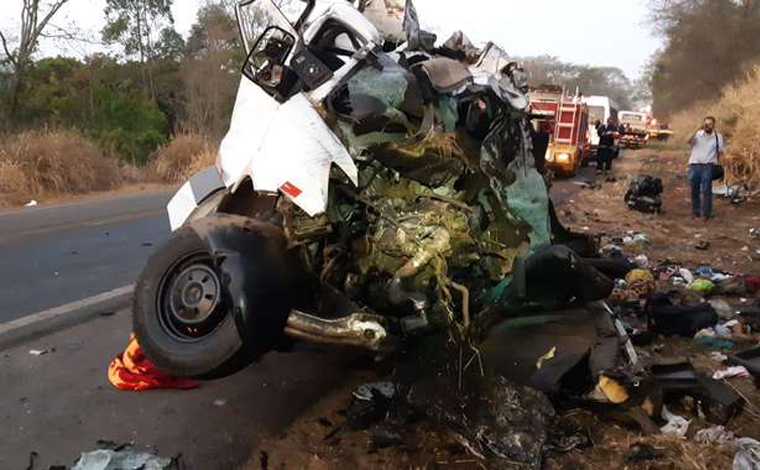 Foto: Divulgação/PRF - Onze pessoas que estavam na van e o motorista do caminhão morreram no local. Um dos passageiros da van foi levado para o hospital com traumatismo craniano, mas o quadro de saúde dele é estável