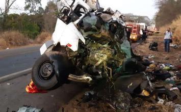 Doze pessoas morrem e uma fica ferida em acidente envolvendo van e caminhão na BR-365