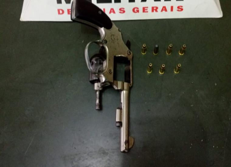 Homem é preso após sair de estabelecimento portando uma arma de fogo em Paraopeba