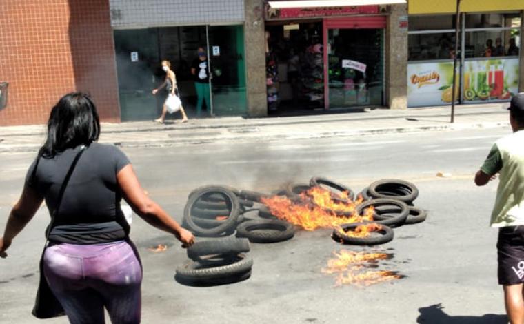 Vendedores ambulantes colocam fogo em pneus e interditam vias no Centro de Sete Lagoas