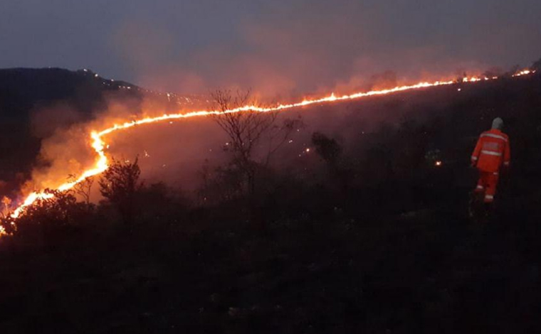 Incêndio atinge grande parte da vegetação da Gruta Rei do Mato em Sete Lagoas
