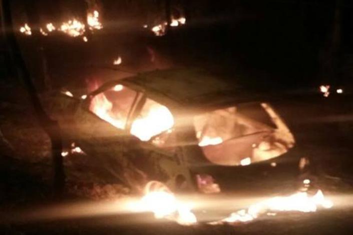 Carro pega fogo após sair da pista e bater no Cidade de Deus