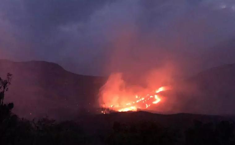 Incêndio na Lapinha da Serra ameaça residências e moradores de Santana do Riacho