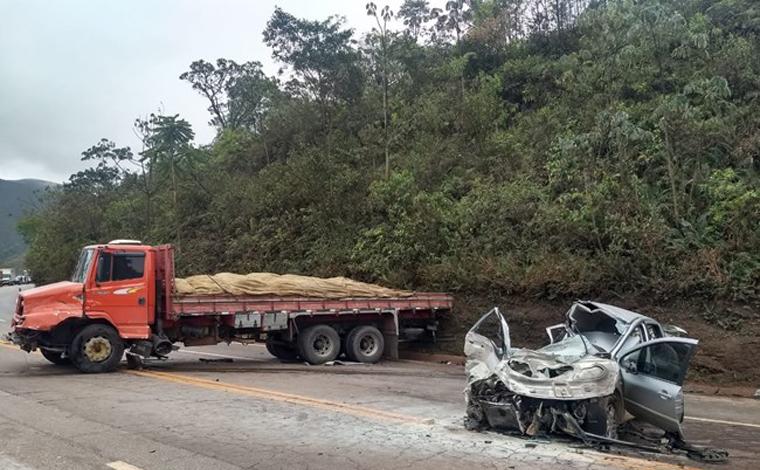 Uma pessoa morre e três ficam feridas em acidente entre caminhão e dois carros na BR-040