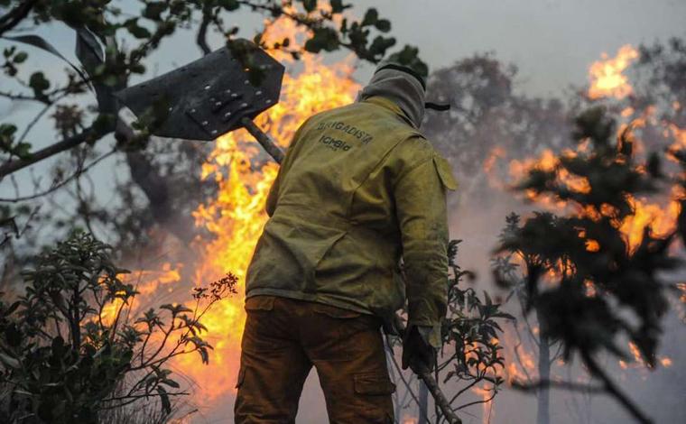 Focos de incêndio ainda persistem na Lapinha da Serra, em Santana do Riacho
