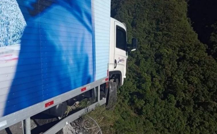 Caminhão perde freio e fica pendurado em precipício na Serra do Rio do Rastro, em Santa Catarina