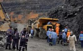 Caminhão capota em mineradora e motorista fica preso às ferragens em Sete Lagoas