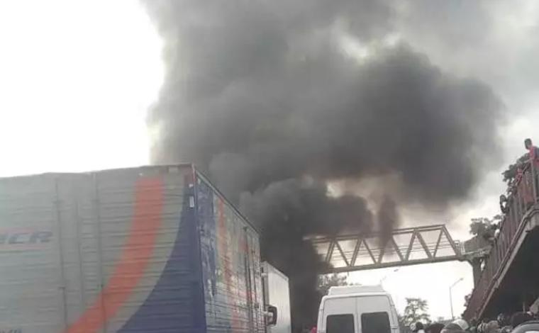 Moradores de Ribeirão das Neves fazem manifestação e interditam BR-040