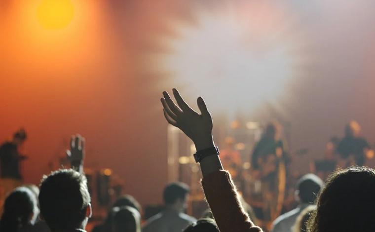 Foto: Pixabay - Pela nova regra, a distância para cada pessoa deve ser de 10 m² em eventos fechados e de 4 m² em eventos abertos. Em ambos os casos, o número máximo de presentes permitido por evento é de até 500 pessoas