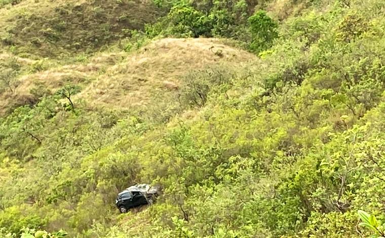 Carro cai em ribanceira da Serra Santa Helena após motorista perder o controle da direção