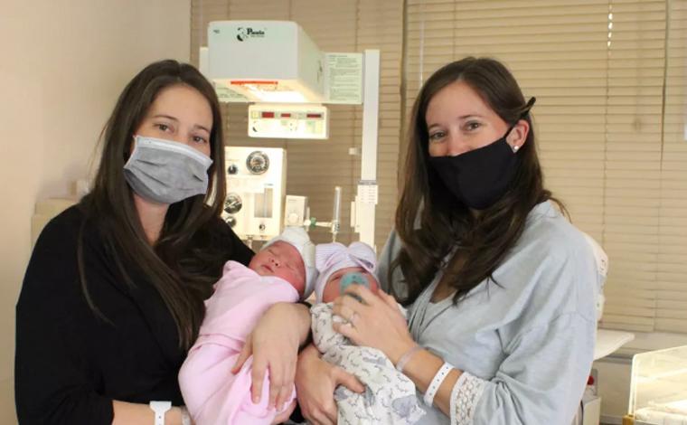 Gêmeas dão à luz com 90 minutos de diferença no dia em que completavam 33 anos