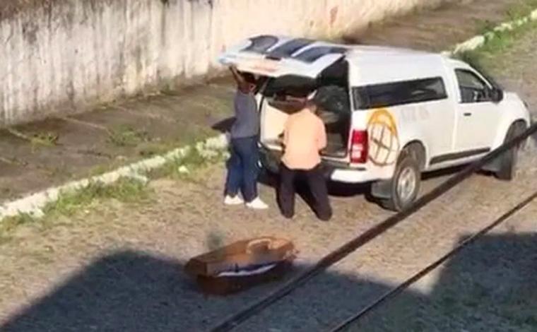 Carro funerário derruba caixão com corpo na rua e agentes só percebem no velório