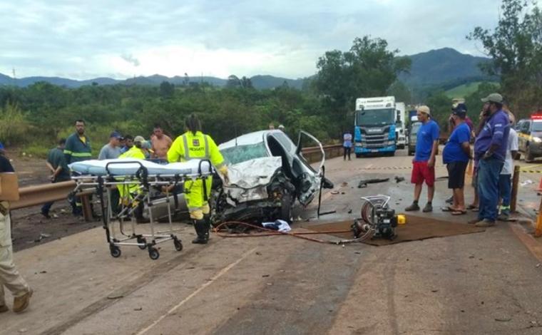 Uma pessoa morre e outra fica ferida em grave acidente entre carreta e carro na BR-040