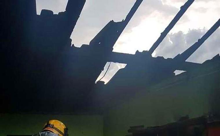 Acidentalmente criança de 3 anos incendeia casa ao brincar com fogo no interior de Minas Gerais
