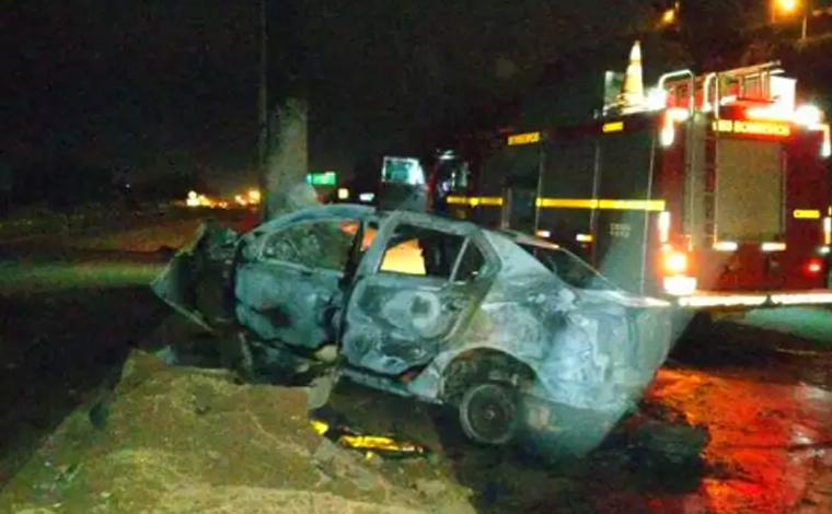 Motorista morre carbonizado após carro bater em poste na MG-010 em Vespasiano