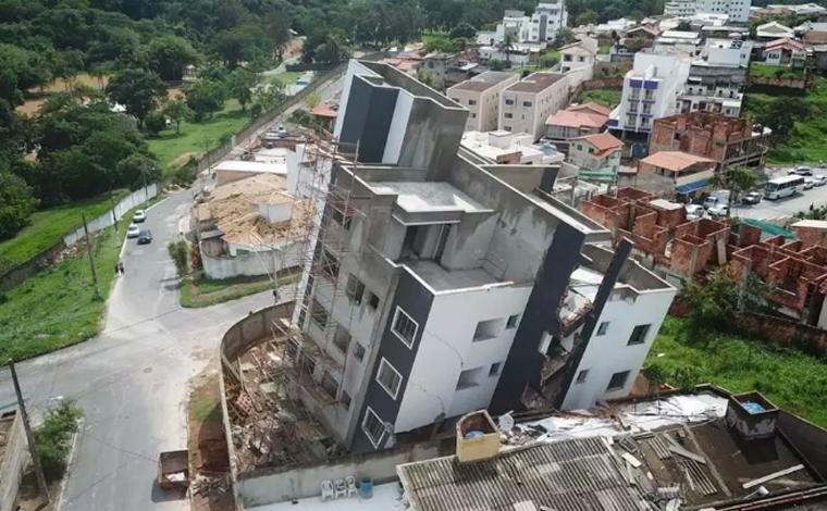 Prédio em construção tomba e compromete casas vizinhas em Betim; 15 famílias ficam desalojadas