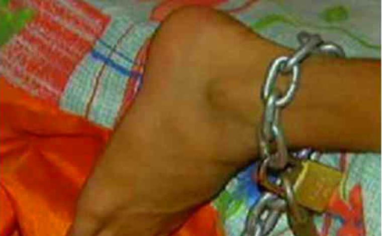 Casal é preso por manter criança de 11 anos acorrentada a uma cama em Uberaba
