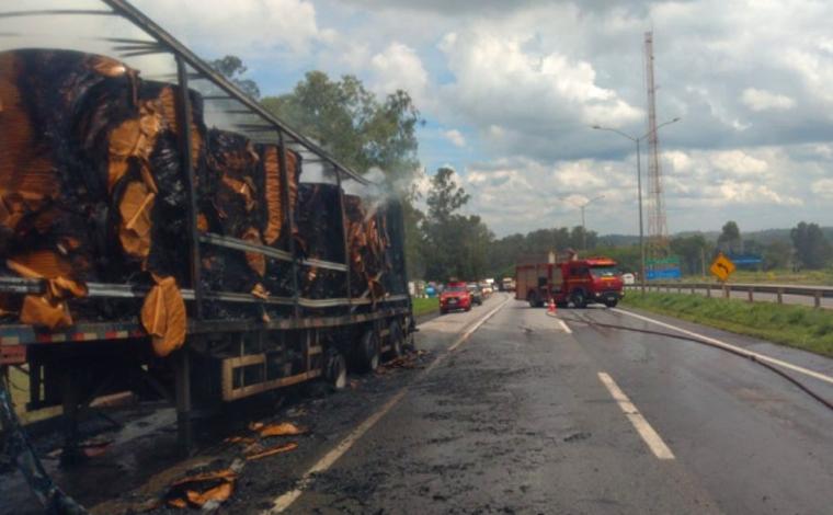 Caminhão carregado de papel pega fogo na BR-040 em Sete Lagoas e congestiona rodovia
