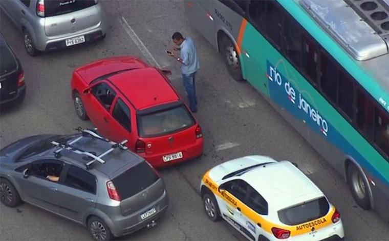 Foto: Reprodução/TV Globo - Às 8h, quando a lentidão ainda se estendia por quatro quilômetros, o Globocop flagrou o homem andando perdido entre os carros. Às 8h30, ele finalmente achou o veículo