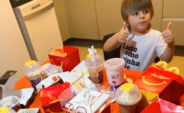 Criança de 3 anos pega celular da mãe e faz pedido de R$ 400 no McDonald's