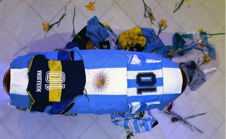 Após tirar foto com corpo de Maradona, funcionário de funerária é demitido