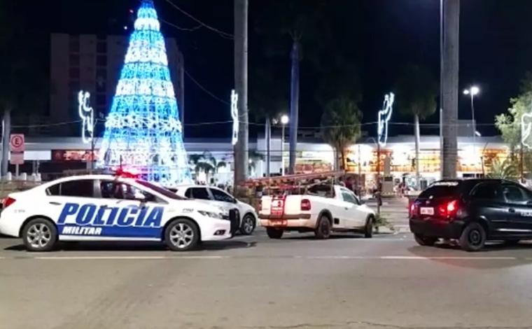 Criança morre eletrocutada ao tocar em decoração de natal em uma praça de Caldas Novas