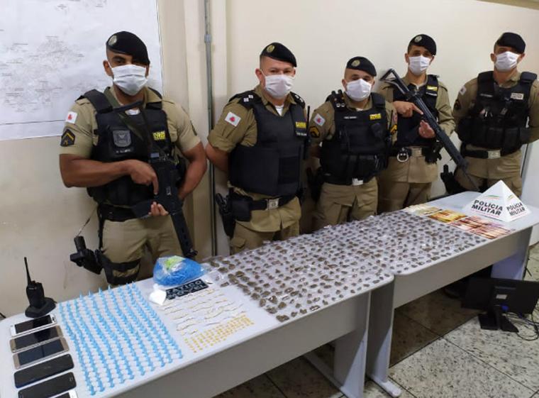 Polícia Militar apreende grande quantidade de drogas e prende autores por tráfico em Pedro Leopoldo