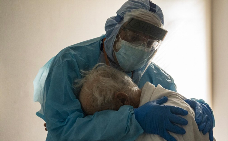 Médico conforta idoso com Covid-19 e imagem viraliza na internet