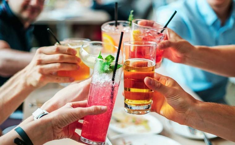 Consumo de bebidas alcoólicas em bares e restaurantes volta a ser proibido em Belo Horizonte