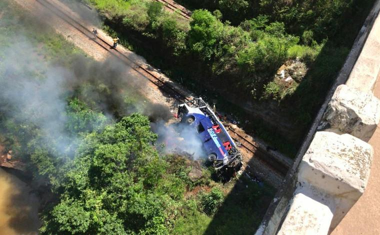 Ônibus cai de viaduto com cerca de 15 metros de altura e deixa ao menos 10 mortos e 30 feridos