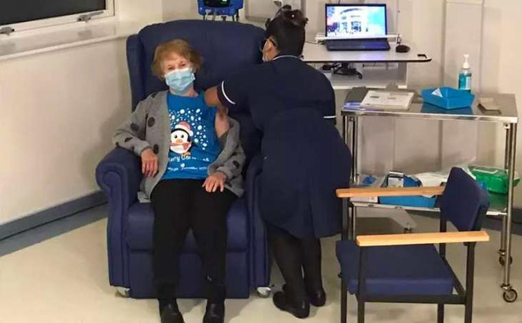 Inglaterra inicia vacinação contra Covid-19 e idosa de 90 anos é a primeira pessoa a receber vacina