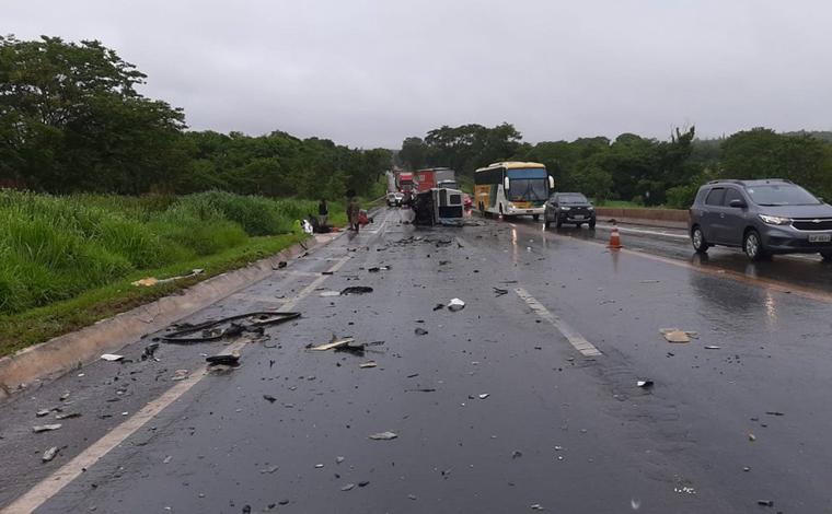 Grave acidente entre van e caminhão deixa várias pessoas feridas na BR-135 em Curvelo