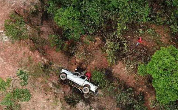 Motorista é resgatado com vida dois dias após veículo cair em ribanceira na MG-190