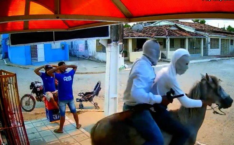 Dois homens usam cavalo para assaltar estabelecimento em Goiana