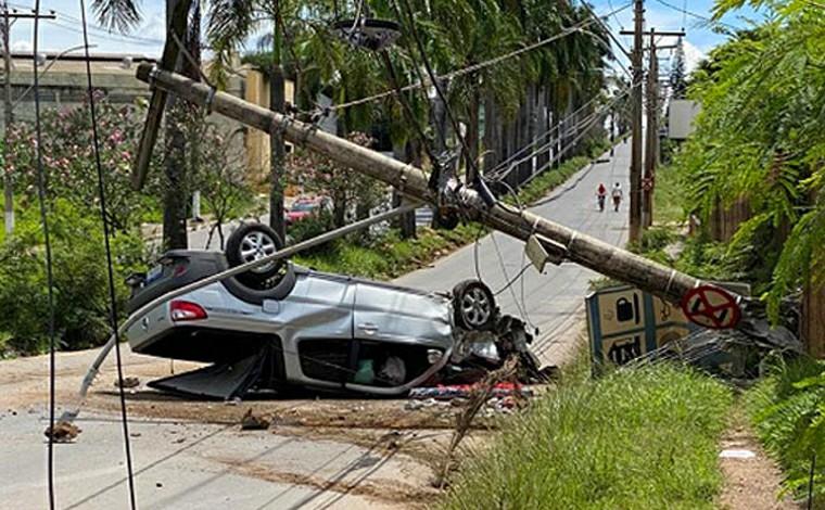 Motorista perde controle da direção e carro bate em poste na Av. Castelo Branco em Sete Lagoas