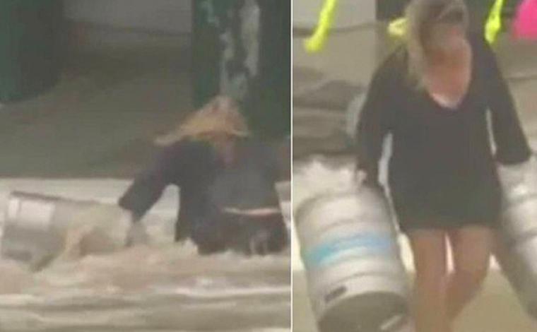 Mulher se joga em mar agitado para salvar barris de cerveja arrastados durante tempestade
